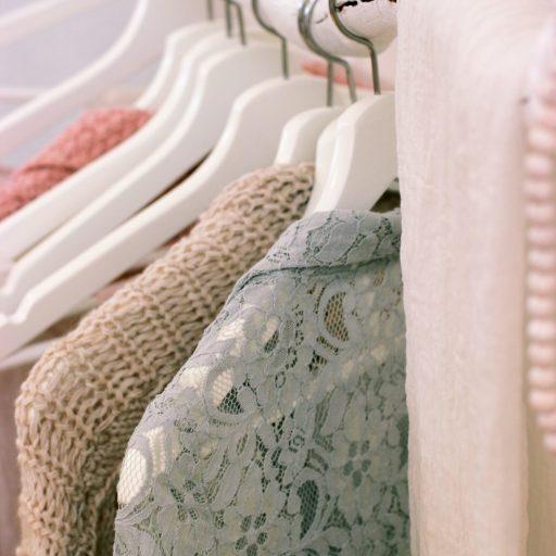 Mehrere Kleidungsstücke aufgehängt auf einer Kleiderstange.