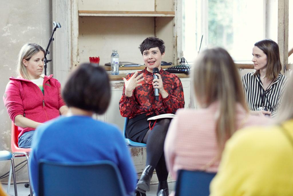 Auf dem Bild sieht man Elisabeth Lechner wie sie in ein Mikrofon spricht.