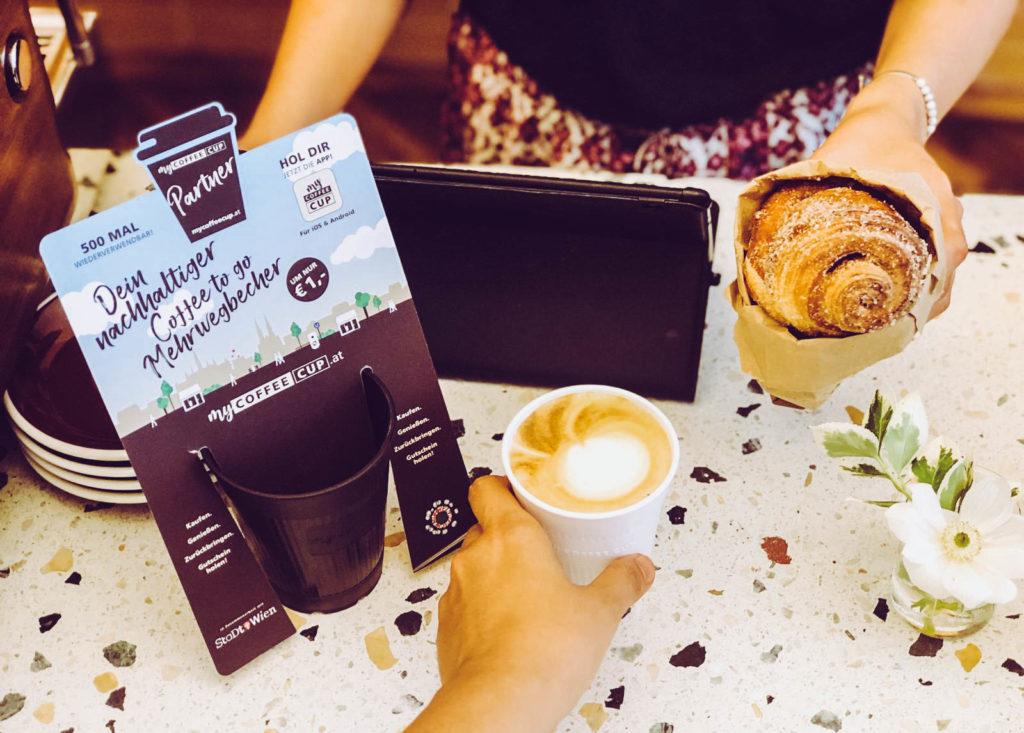 Auf diesem Bild sieht man Infomaterial beim Kaffeekauf