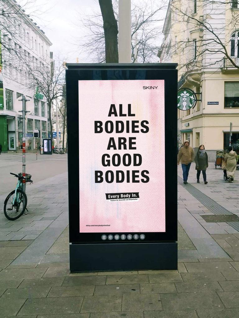 Auf dem Bild ist ein Citylight auf der Mariahilfer Straße zu sehen mit dem Text: All bodies are good bodies.