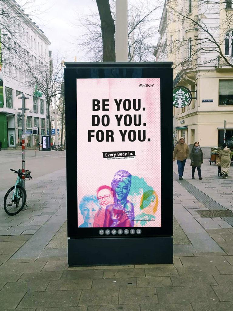 Auf dem Bild ist ein Citylight auf der Mariahilfer Straße zu sehen mit dem Text: be you. do you. for you.