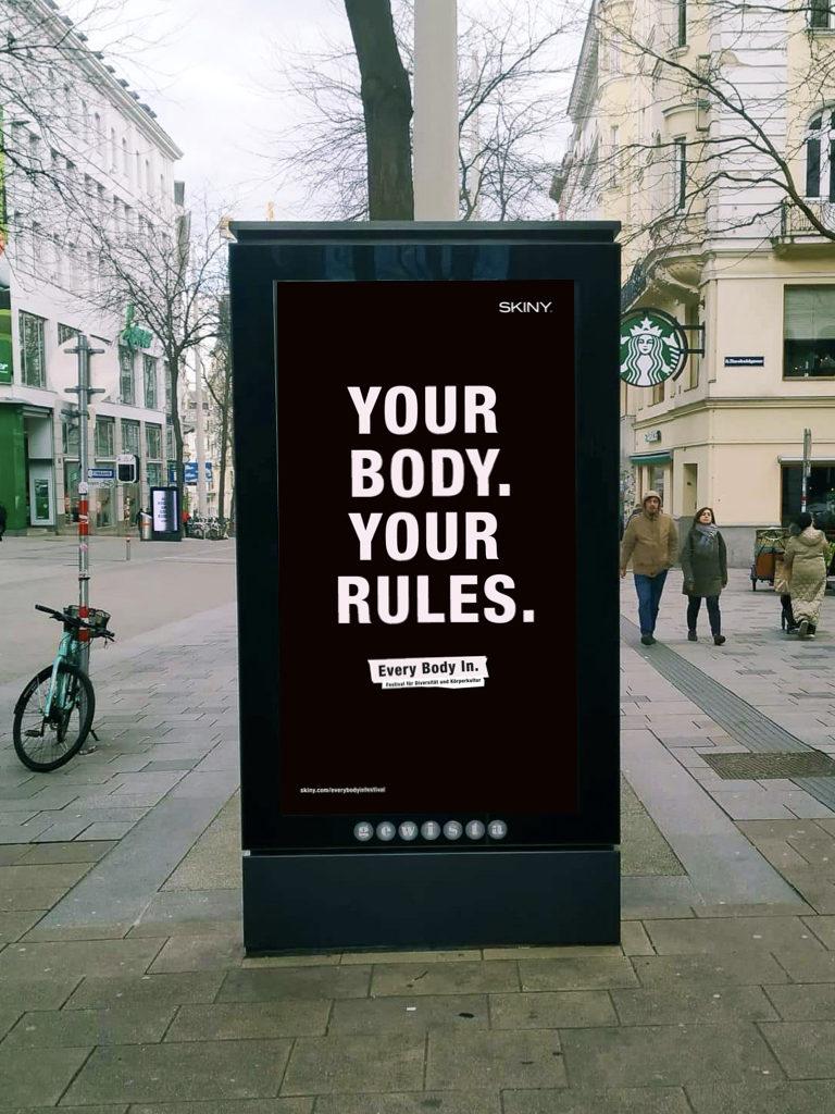 Auf dem Bild ist ein Citylight auf der Mariahilfer Straße zu sehen mit dem Text: Your Body. Your rules.