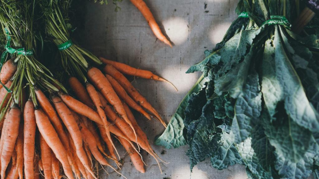 Auf diesem Bild sieht man Karotten und Mangold.