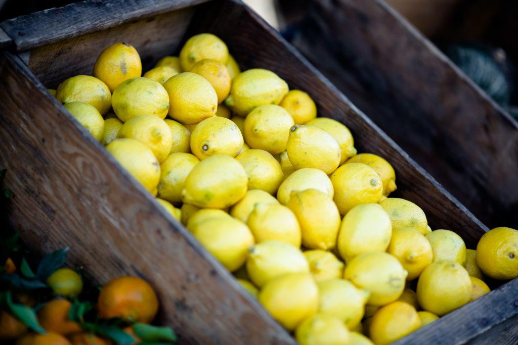 Auf diesem Bild sieht man Zitronen.