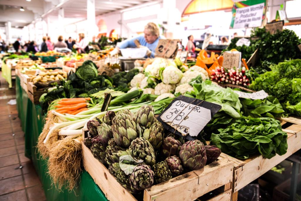 Auf diesem Bild sieht man einen Obst-& Gemüsestand am Wochenmarkt
