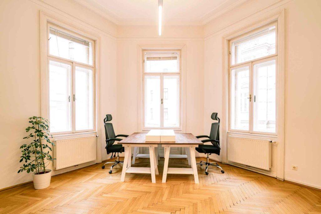 Auf dem Bild sind zwei Arbeitsplätze in einem Gemeinschaftsbüro zu sehen.