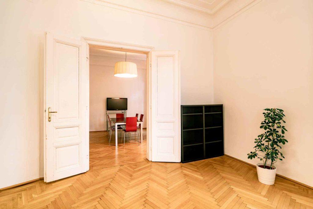 Auf dem Bild sieht man eine Tür, die zu einem Besprechungszimmer in einem Gemeinschaftsbüro führt.
