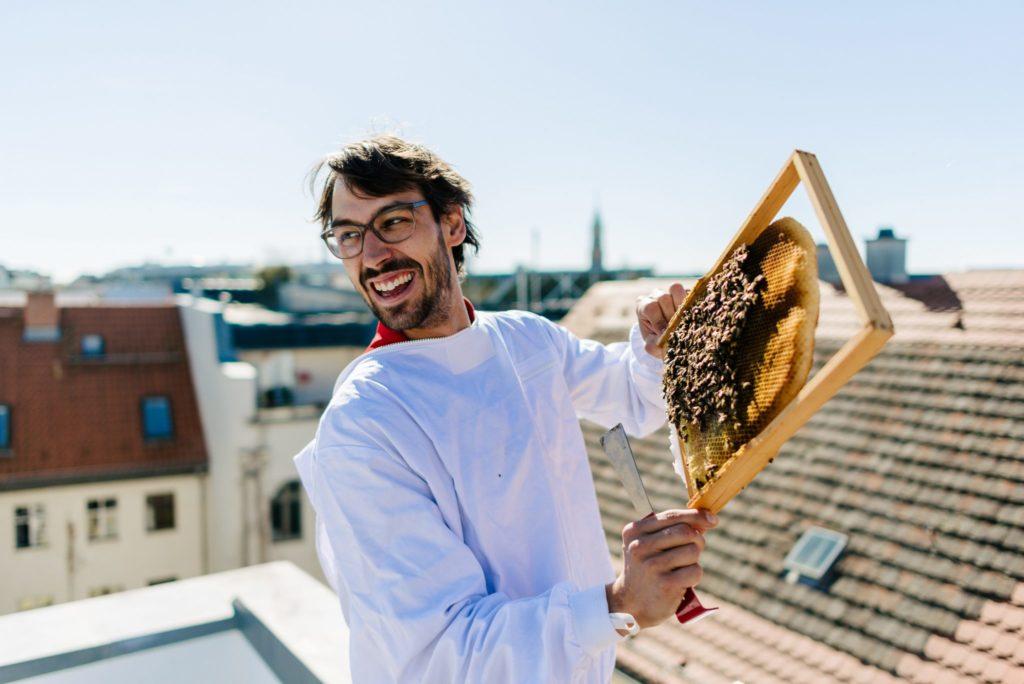 Auf diesem Bild sieht man einen Mann mit einer Bienenwabe.