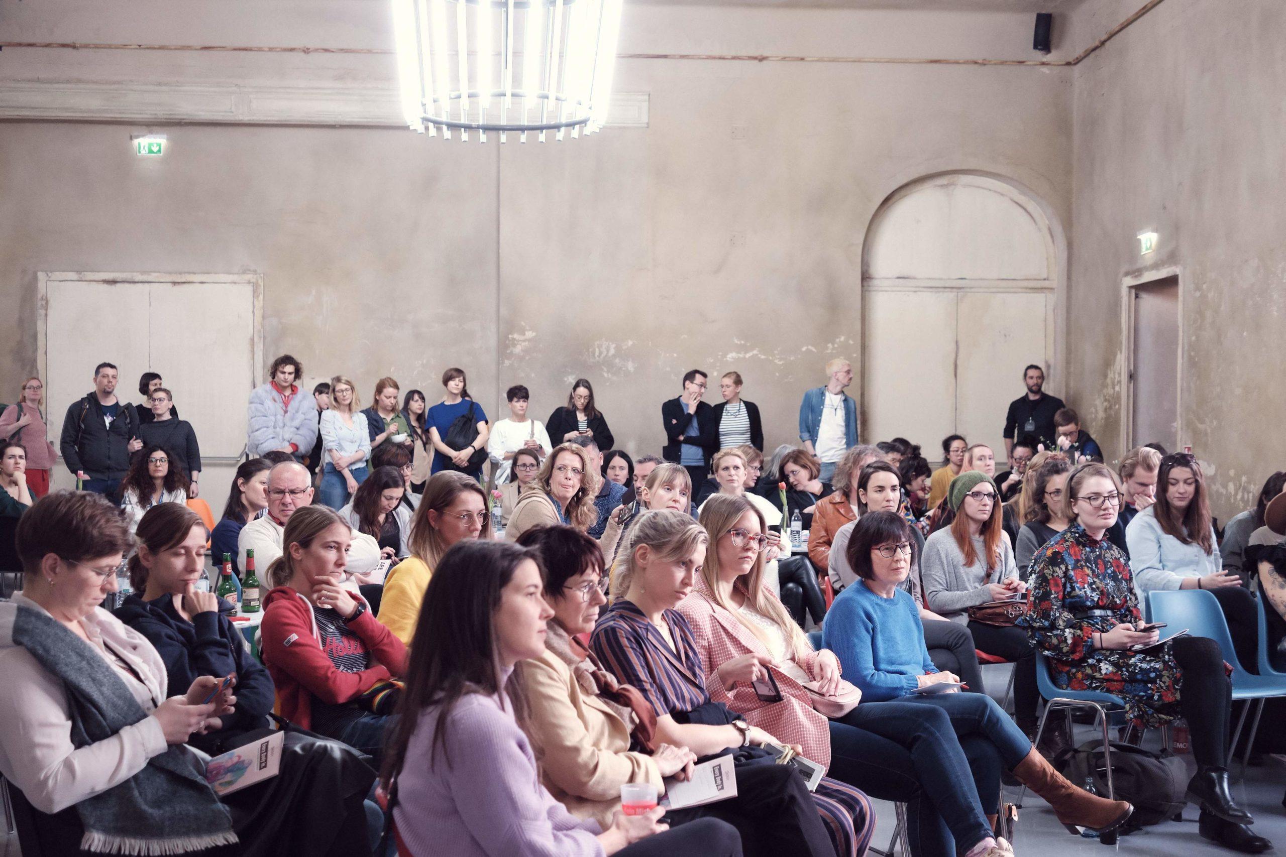 Auf diesem Bild sieht man die Besucherinnen und Besucher vom Every Body In. Festival.