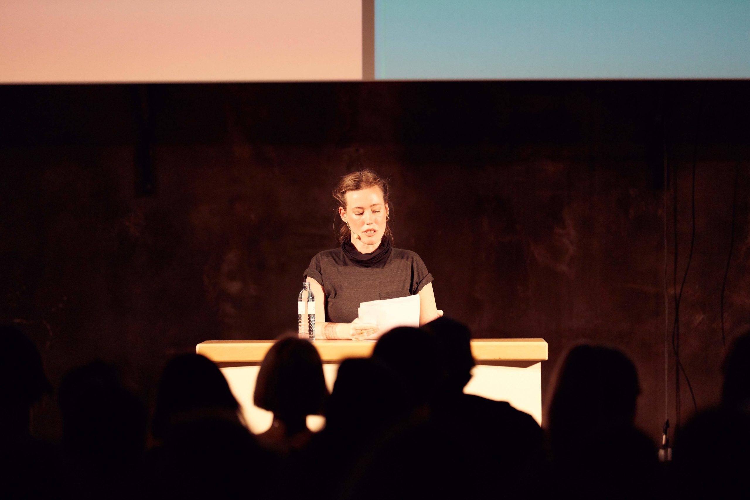 Auf dem Bild sieht man Laura Gehlhaar auf der Bühne während ihrer Keynote-Präsentation.