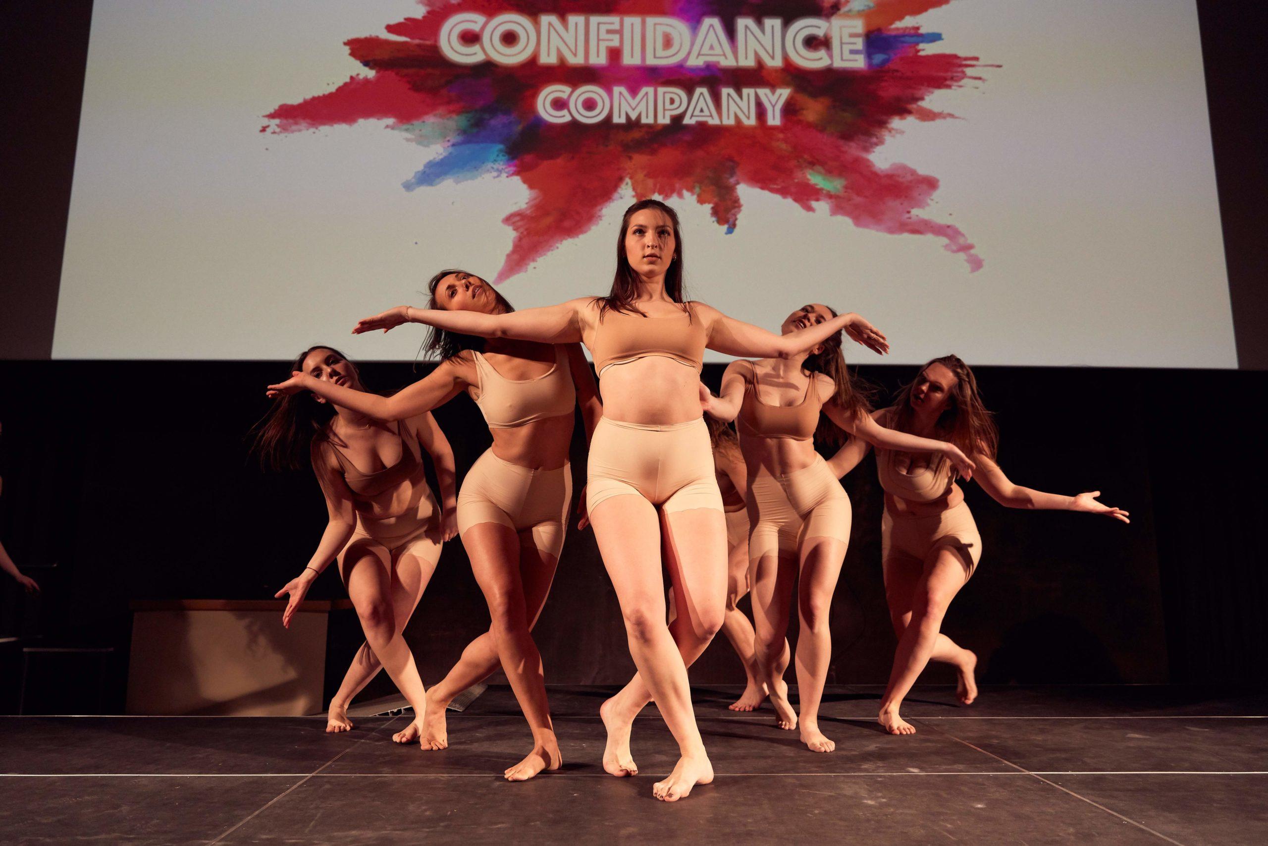 Auf diesem Bild sieht man die Tänzerinnen von ConfiDance auf einer Bühne tanzen.