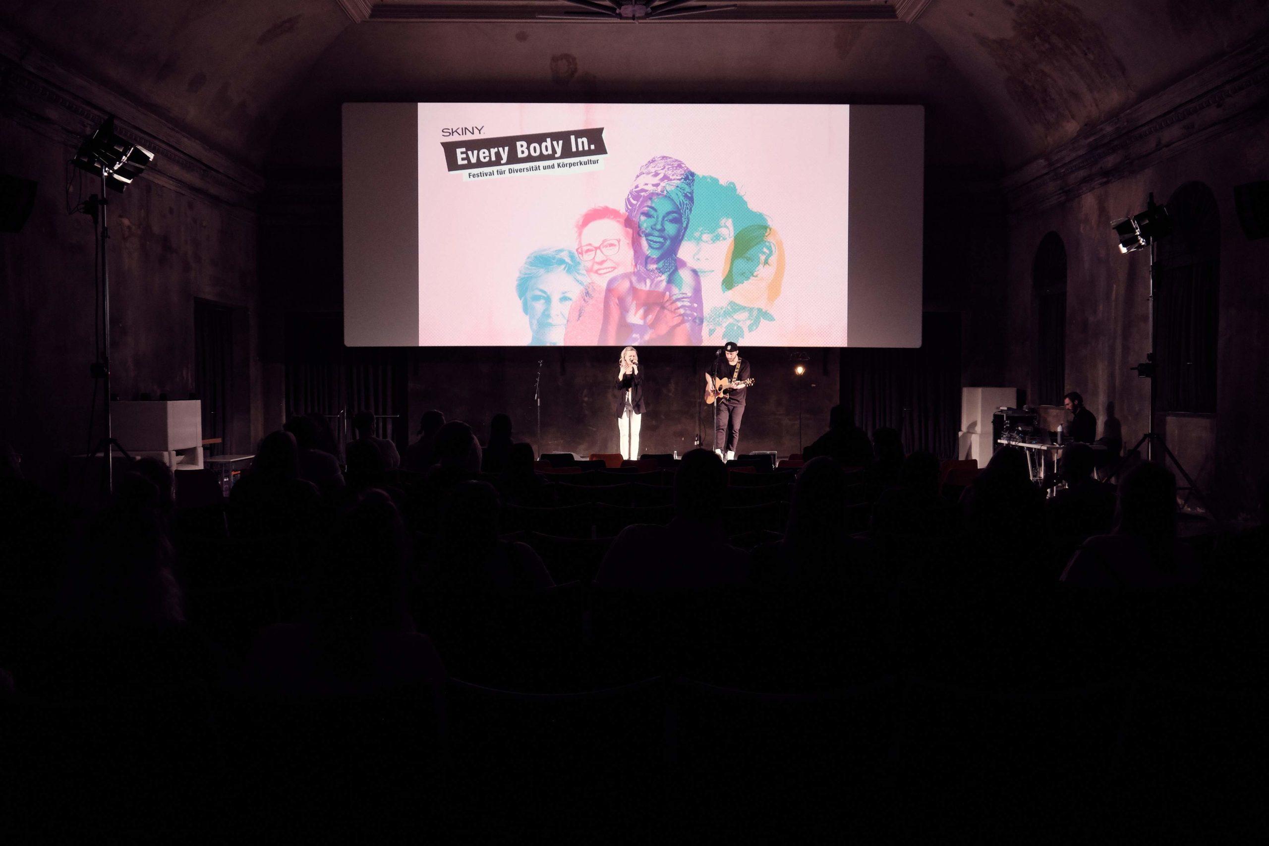Auf dem Bild sieht man LISA PAC und einen Gitarristen auf der Bühne beim Musizieren.
