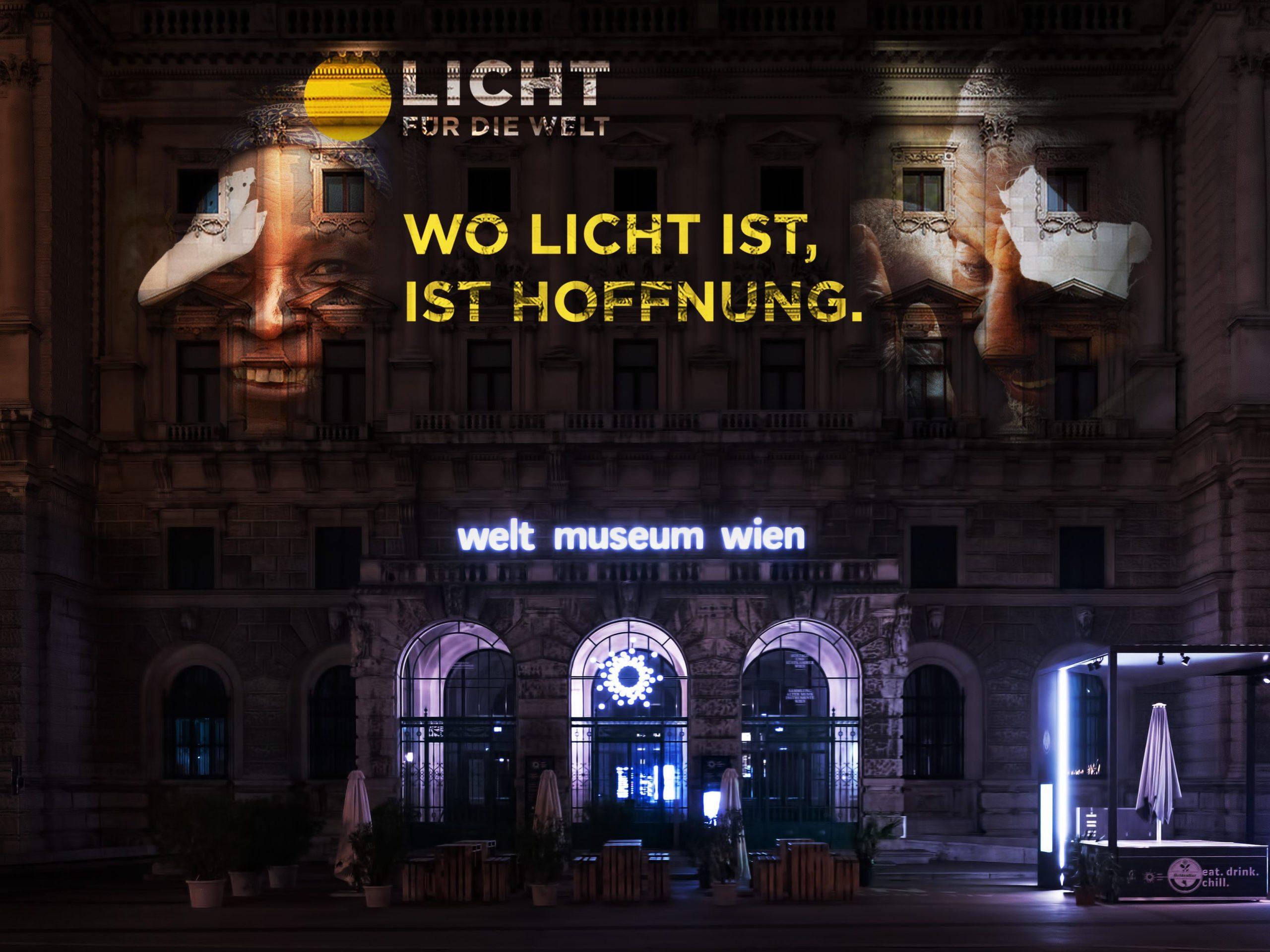 """Auf dem Bild sieht man das Weltmuseum in Wien bei Nacht. Auf der Fassade ist eine Lichtprojektion von der NGO Licht für die Welt zu sehen. Es ist der Schriftzug """"Wo Licht ist, ist Hoffnung."""" zu sehen."""