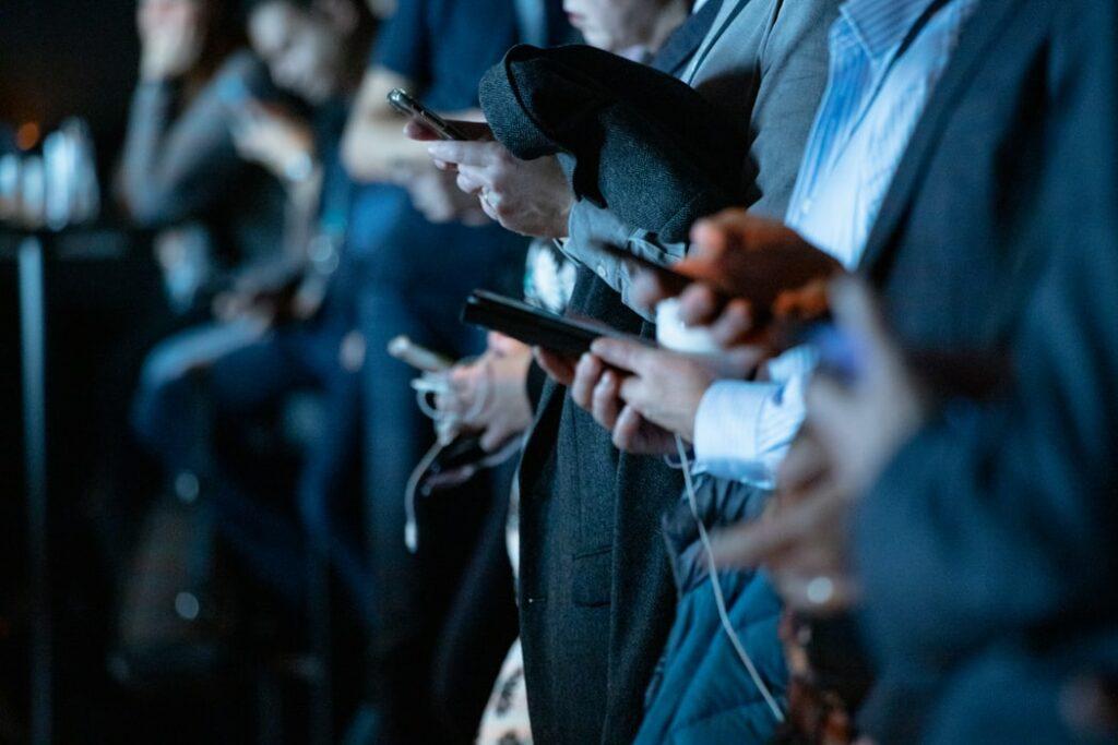 Mehrere Personen benützen ein Handy