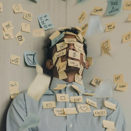 Mann im Home Office. Er hat viel Stress