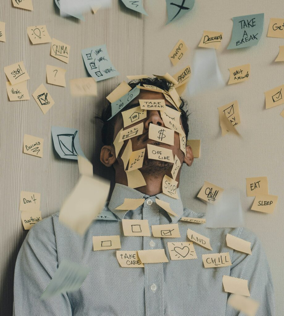Mann im Home Office. Stress ist eine psychische Belastung.