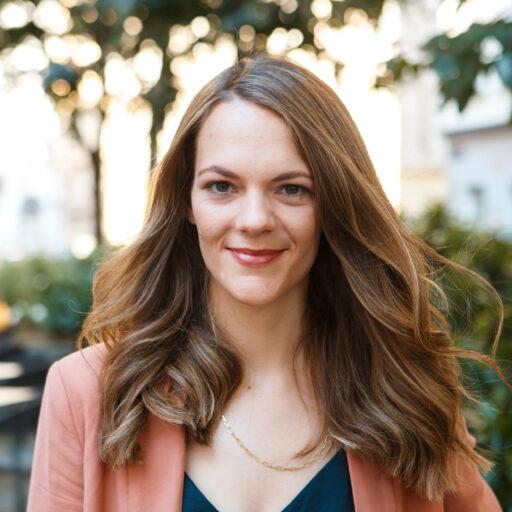 Anna Oberdorfer steht in Wien in einem Park und blickt in die Kamera.